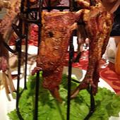 在金疆西域食府吃烤羊排